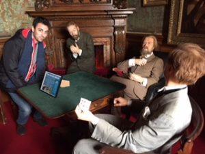 jugando a las cartas en uno de los salones del Castillo de Warwick