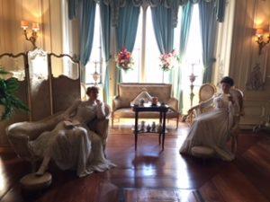 mujeres esperando en una sala en el Castillo de Warwick