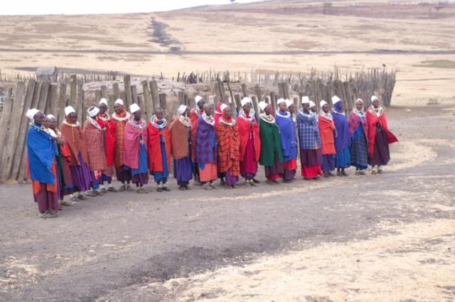 Mujeres recepción a un poblado masai