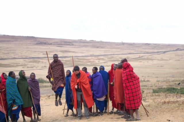 hombres recepción a un poblado masai
