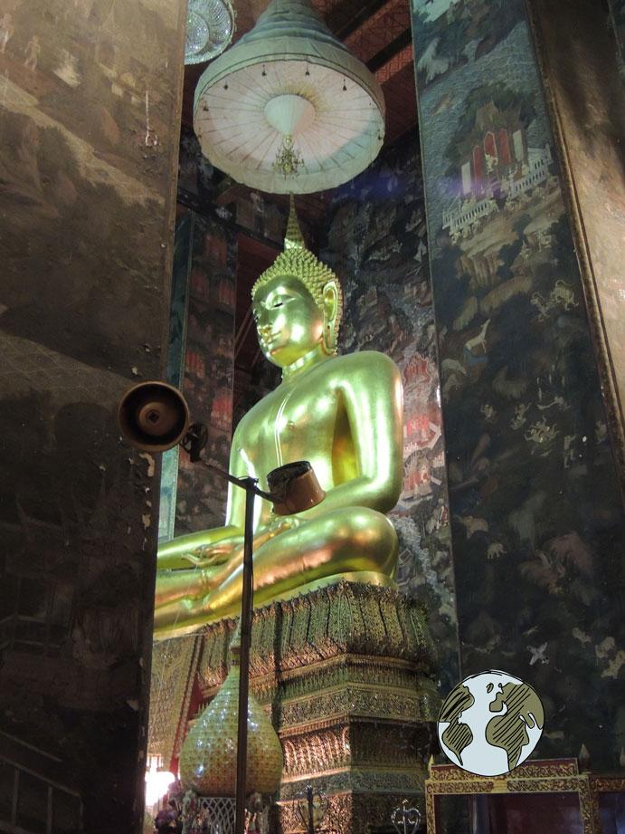 buda en el templo del columpio gigante